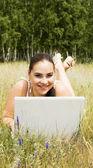 笔记本电脑的幸福女人 — 图库照片