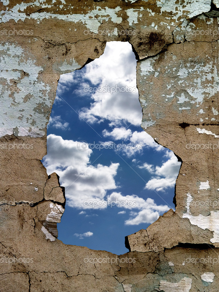 The hole in the cracked old wall, through which is visible the dark blue sky with clouds — Stock Photo #1808909