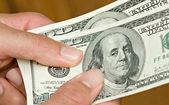 Руки с долларовых купюр — Стоковое фото