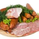 salsicce affumicate e carne con insalata — Foto Stock