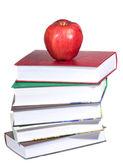 Maçã vermelha com pilha de livros — Fotografia Stock