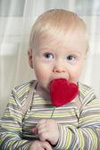 Ragazzo divertente con il cuore in bocca — Foto Stock