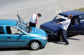 Accidente de tráfico y a los conductores luchando — Foto de Stock