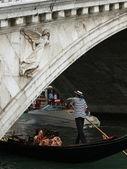 Venetië - rialto brug en gondel — Stockfoto