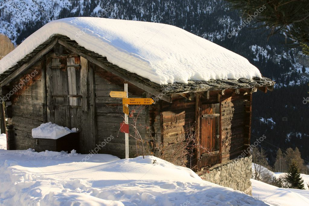Una baita di montagna coperta di neve foto stock for Piani di coperta autoportanti