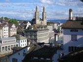 Centro de la ciudad de zurich. grossmunster vista. — Foto de Stock