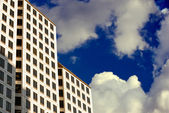 White High-Rise in the Clouds — Stock Photo