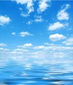 Modrá obloha s vodou reflexe — Stock fotografie