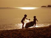 サンセット ビーチで遊んでいる子供たち — ストック写真