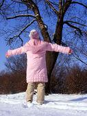 ребенок и дерево зимой — Стоковое фото