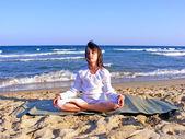 Chica joven-meditando en la playa — Foto de Stock