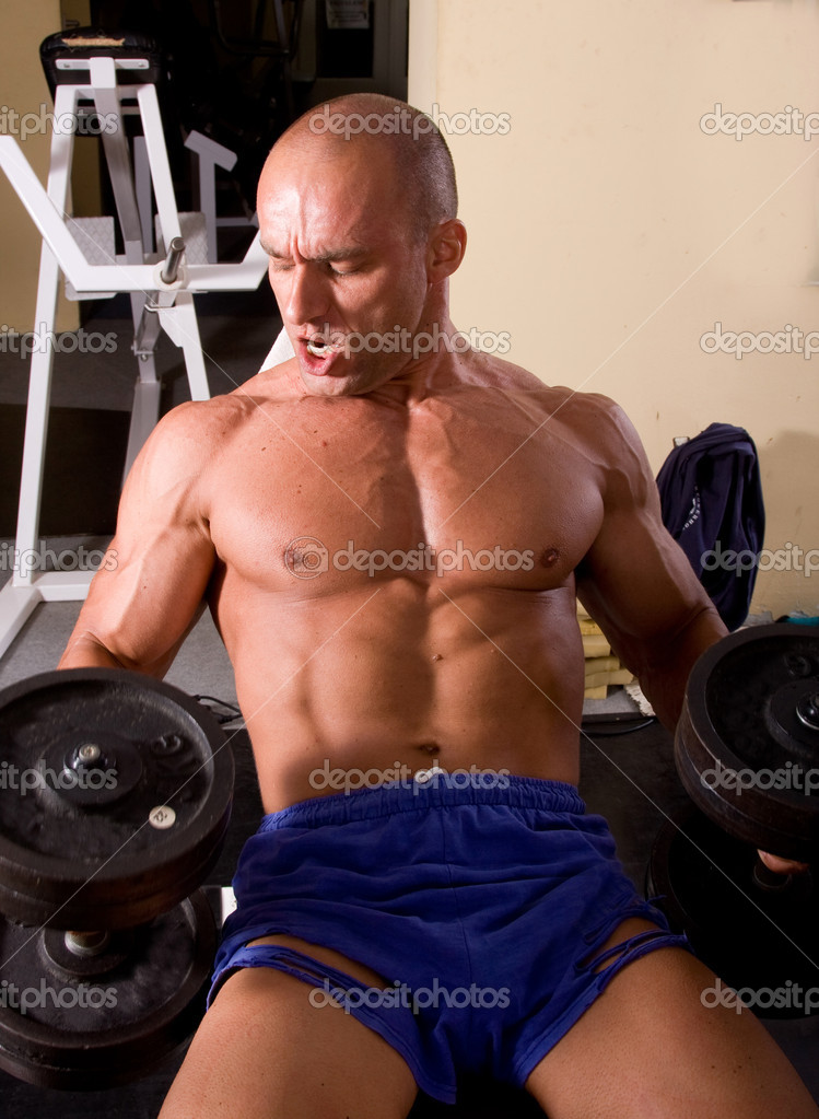 Bodybuilder training his bicep in gym   — Stock Photo #1832322