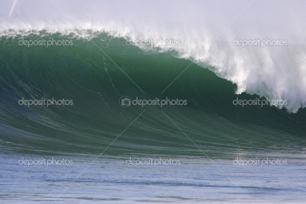 A Big Wave breaks showing the tremendous power these waves exert — Stock Photo #2166052