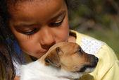 小女孩和小狗 — 图库照片