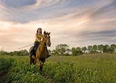 骑马的女孩 — 图库照片