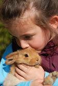 小女孩和她的小兔子 — 图库照片