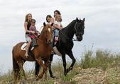 Família de equitação — Fotografia Stock