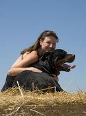 Kvinna och rottweiler — Stockfoto