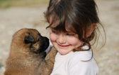Klein meisje en puppy — Stockfoto