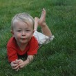 garoto feliz na grama — Foto Stock