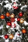 Fondo de adornos de navidad en la nieve — Foto de Stock