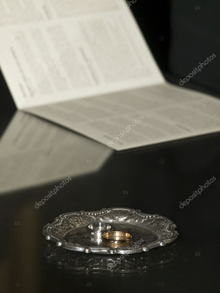 Beautiful wedding bands lying on a silver platter — Stock Photo #2242702