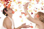 мужчина и женщина с лепестками роз — Стоковое фото