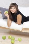 Krásná usměvavá dívka s zelenými jablky — Stock fotografie