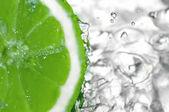 Las gotas de agua fresca de limón — Foto de Stock