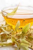 Tee aus trockenen linde blume — Stockfoto