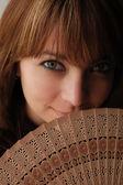 Açık fanlı güzel kahverengi saçlı kız — Stok fotoğraf