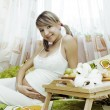 Pregnant woman having breakfas — Stockfoto