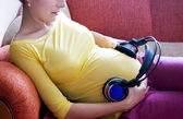 Hamile kadın ve müzik — Stok fotoğraf