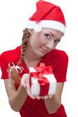 Ajudante de papai noel alegre com caixa de presente — Foto Stock