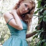 zmysłowe kobiety w lesie — Zdjęcie stockowe