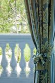 Luxe gordijnen over venster — Stockfoto