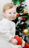 Bedårande pojke och julgran — Stockfoto