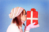 Kissing the present — Stock Photo