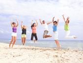Heureux de sauter sur la plage — Photo