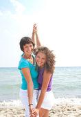 šťastné holky baví na pláži — Stock fotografie