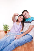 Couple showing keys to new apartment — Stock Photo