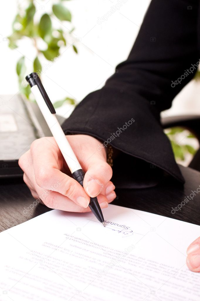 Close-up of a businesswomans hand holding pen and signing documents — Stock Photo #2542151