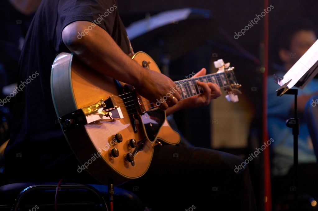 Artist in Jazz concert playing violin — Stock Photo #1924020