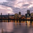 Portland downtown Skyline in der Abenddämmerung — Stockfoto