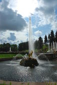 Warbling fountain in Peterhof — Stock Photo