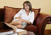 женщина писатель дома — Стоковое фото