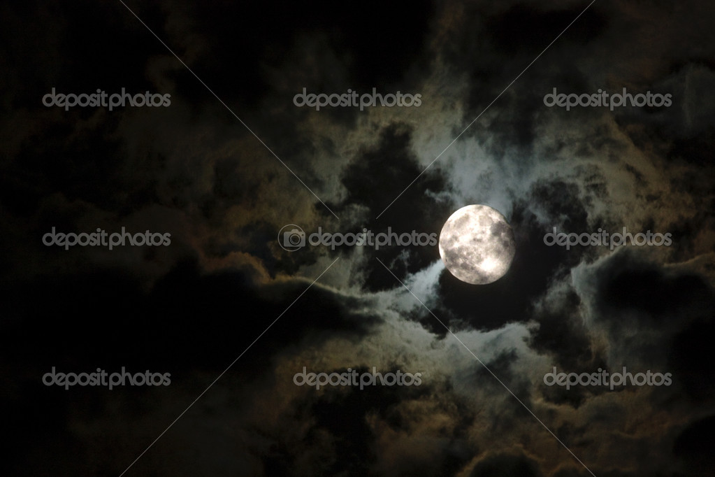 Full moon close-up and eerie white clouds against a black night sky — Stock Photo #1816377
