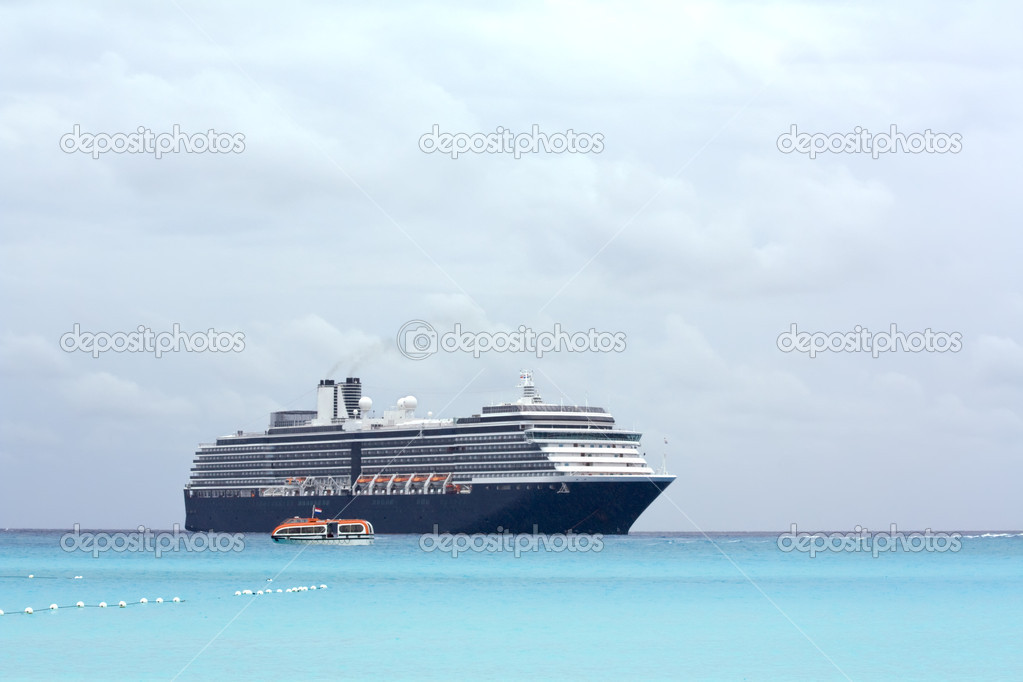 Cruise ship and tender on a light blue sea at Half Moon Cay in the Bahamas under cloudy skies — Stock Photo #2602742