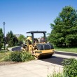 Steamroller smooths new asphalt - Stockfoto
