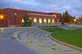 Edifício no campus de uma universidade à noite — Foto Stock